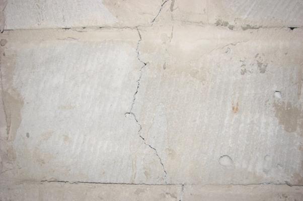 Мелкие трещины в фундаменте