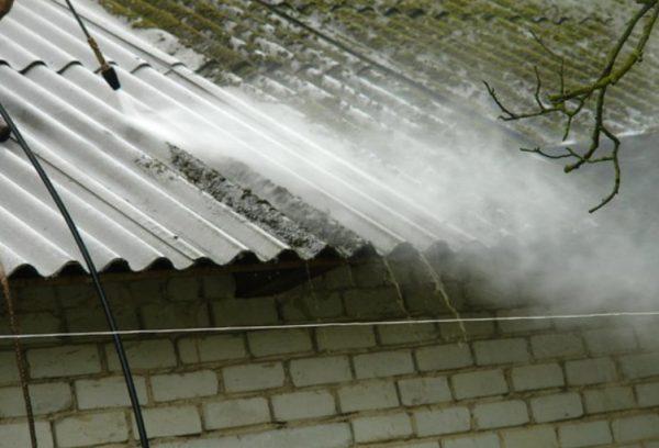 Очистка шиферной крыши