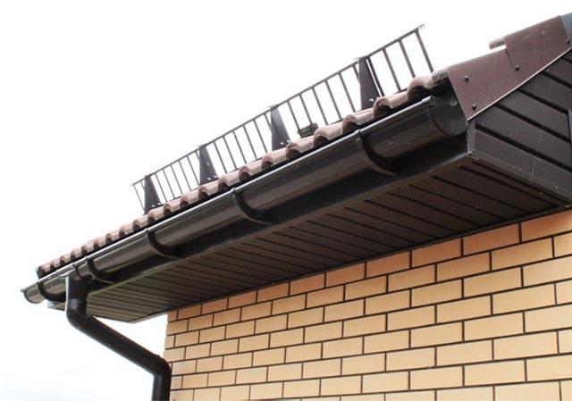 поставить снегозадерживающее устройство на крышу