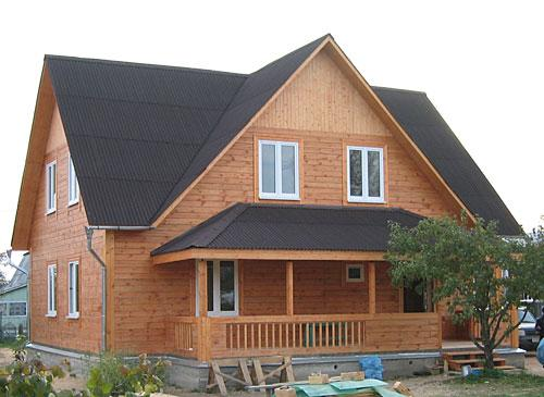 Деревянный коттедж с крышей из ондулина
