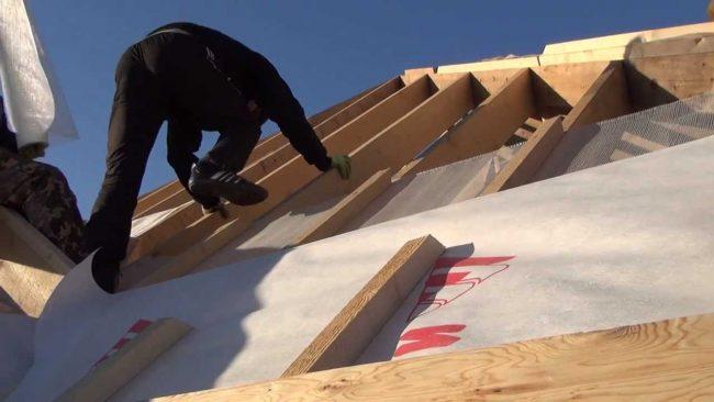 как стелить изоспан на крышу