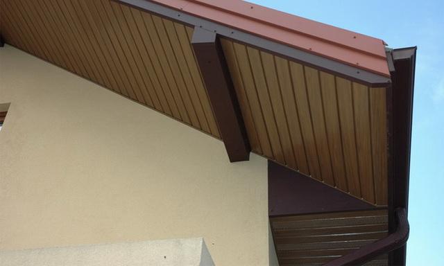 Отделка свесов крыши планками