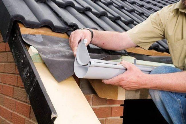Как правильно установить водосток для крыши