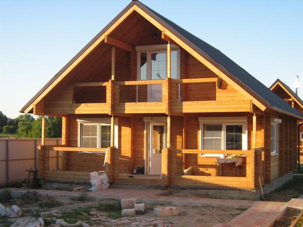 Дом из бруса с простой двускатной крышей