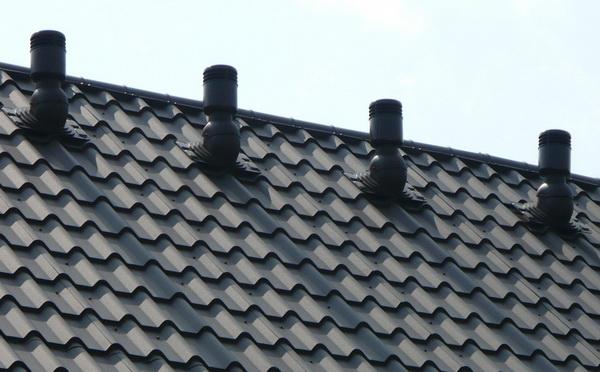 Кровельные вентиляторы на крыше дома
