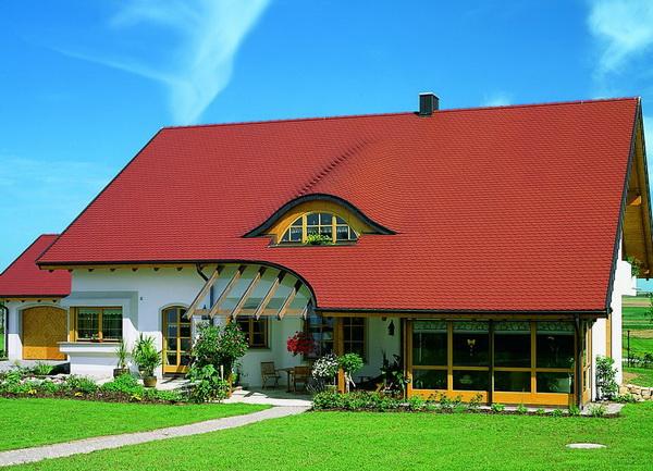 Оригинальное слуховое окно полукруглой формы в крыше дома