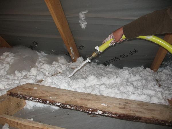Утепление потолка бани жидким пеноизолом