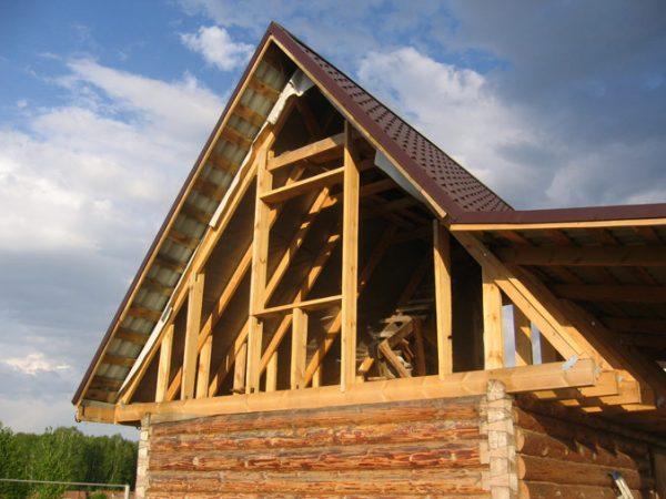 Каркасный фронтон бревенчатого дома