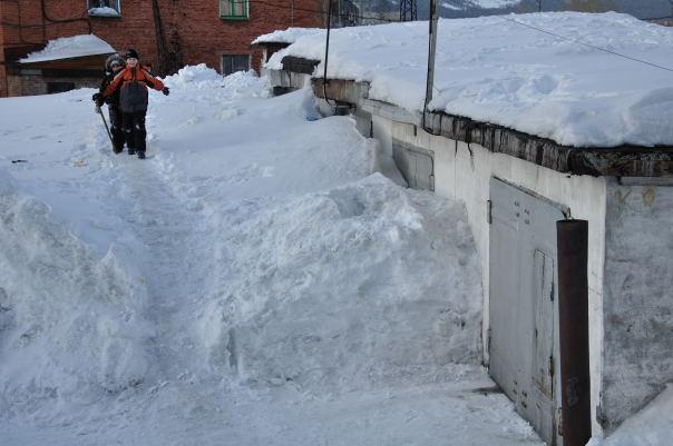 Скопление снега на односкатной крыше гаража