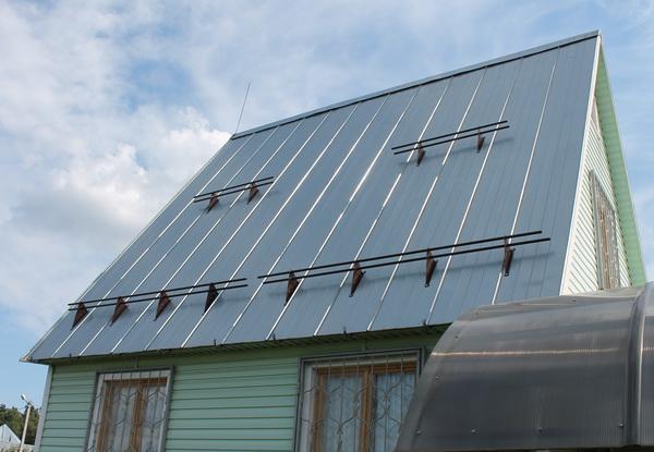 Снегозатержатели на крыше коттеджна