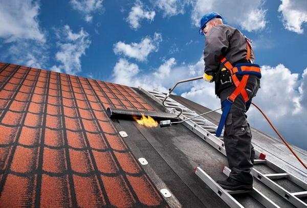Укладка рулонного покрытия Технониколь на скатную крышу