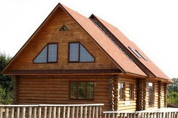 Фронтон бревенчатого дачного дома