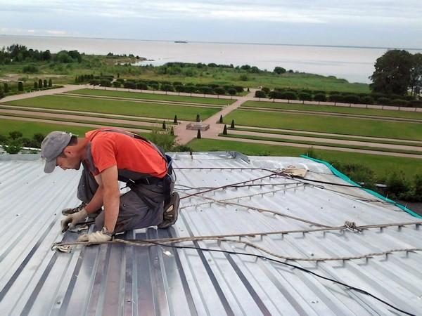 Соблюдение техники безопасности при монтаже профлиста на крышу