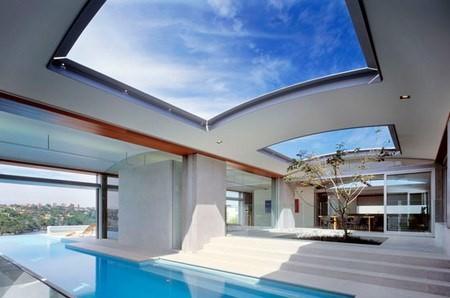 Закрытая терраса с бассейном на крыше частного дома