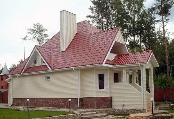 Коттедж с крышей из металлочерепицы