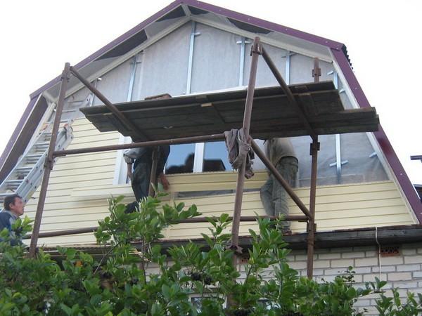 Обшивка фронтона двускатной крыши пластиковым сайдингом