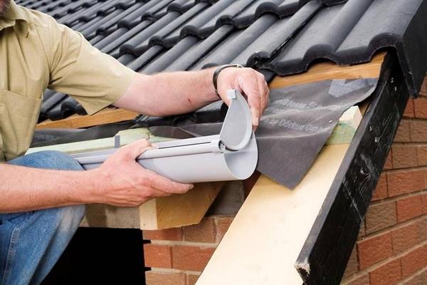 Монтаж водосточной системы на крышу