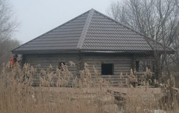 Одноэтажный бревенчатый дом с шатровой крышей