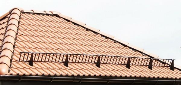 Решетчатые снегозадержатели на крыше из натуральной черепицы