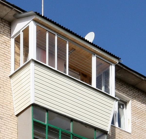 Застекленный балкон на последнем этаже многоквартирного дома