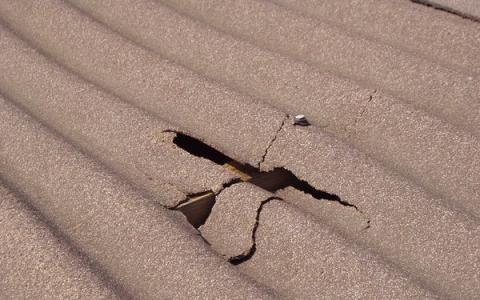 Трещины и сколы на шиферной крыше
