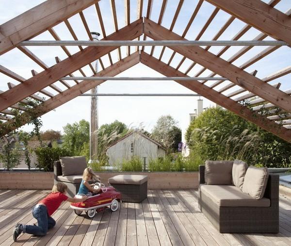 Навес над зоной отдыха на крыше дома