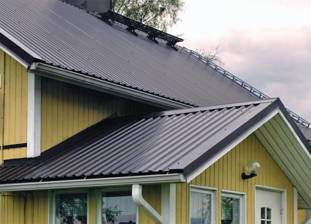 Крыша загородного дома из профнастила