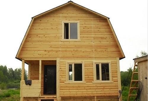 Деревянный частный дом с ломаной крышей