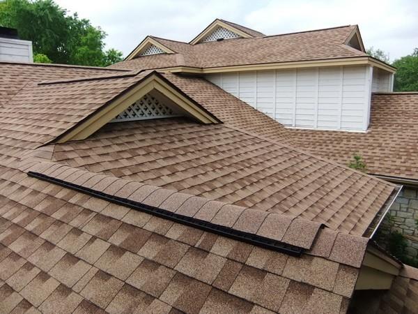 Загородный коттедж с крышей из шингласа