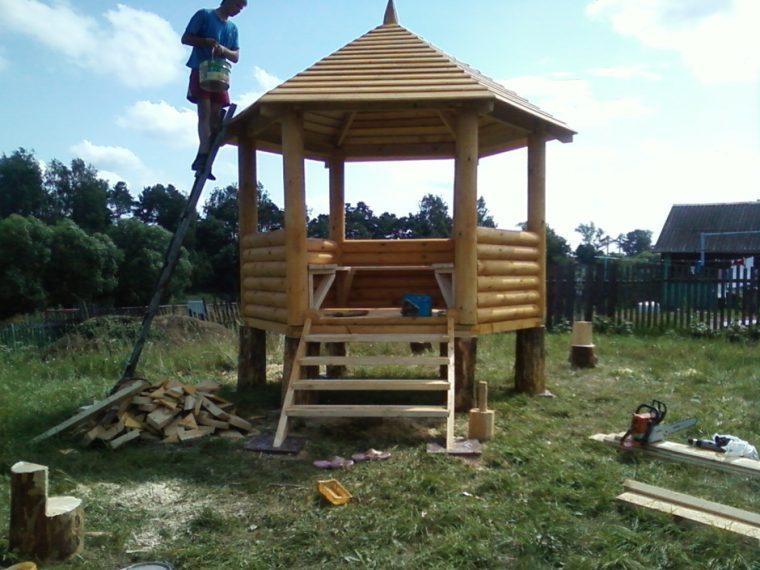 Беседка с деревянной крышей