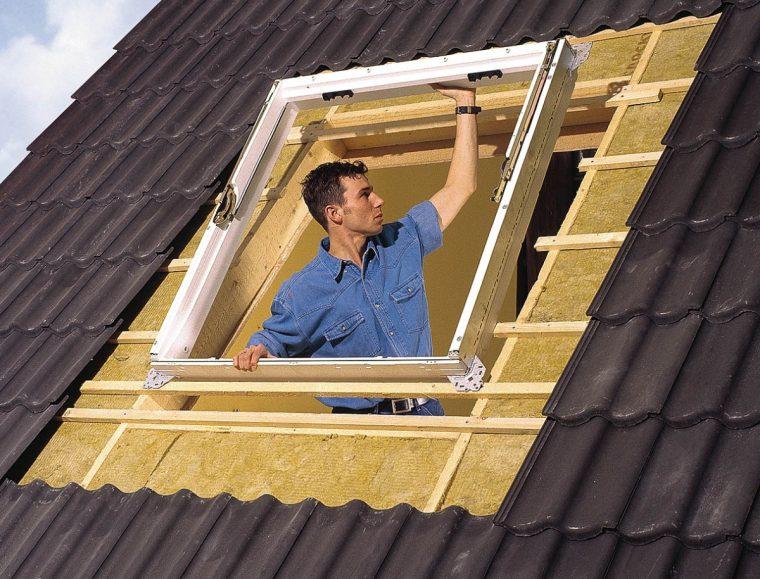 Установка рамы мансардного окна в проем