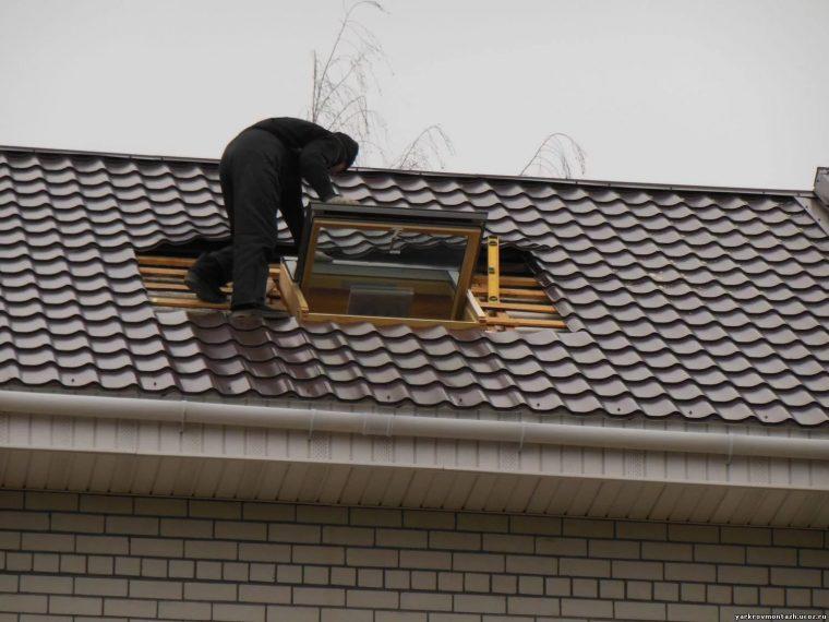 Укладка металлочерепицы вокруг мансардного окна