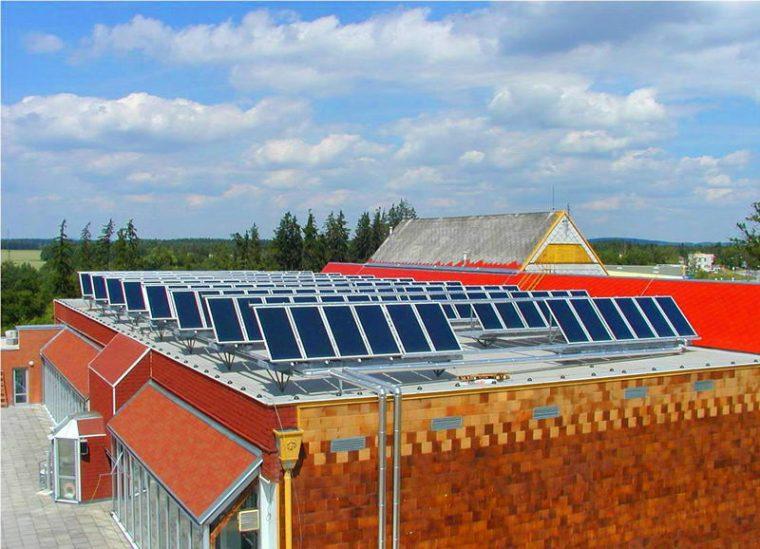 Эксплуатируемая плоская с установленными солнечными панелями