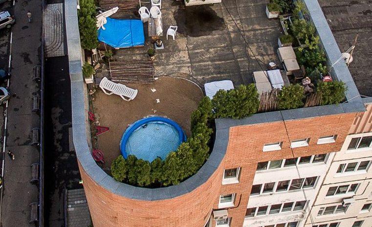 Надувной бассейн на крыше дома