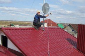 Производим установку антенны на крыше дома