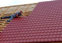 Как можно ровно положить металлочерепицу на крышу?