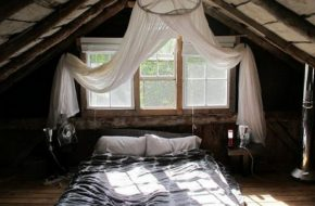 Комната на чердаке под крышей
