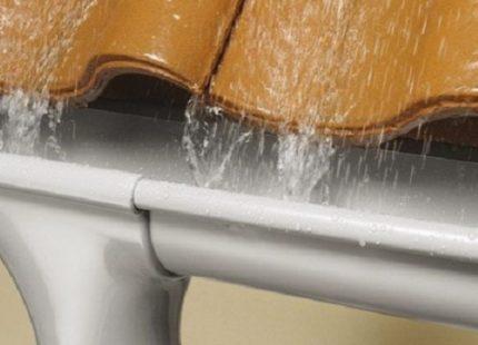 Ставим водоотливы для крыши своими руками