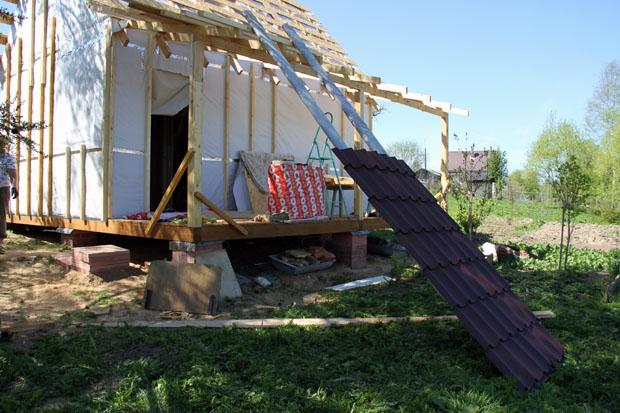 Подъем металлочерепицы на крышу
