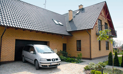 Кирпичный дом под одной крышей с гаражом