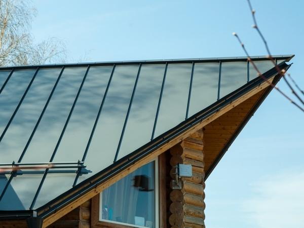 Крыша сложной конструкции с фальцевой кровлей