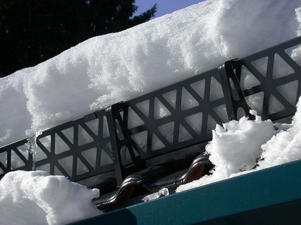 Решетчатый снегозадержатель на крыше из металлочерепицы