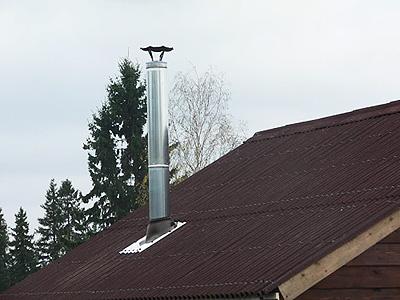 Дымоход из оцинкованной трубы на крыше частного дома
