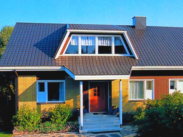 Внешний вид крыши частного дома покрытой металлочерепицей Каскад