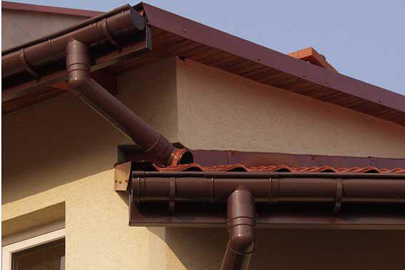 Система водостоков на крыше коттеджа