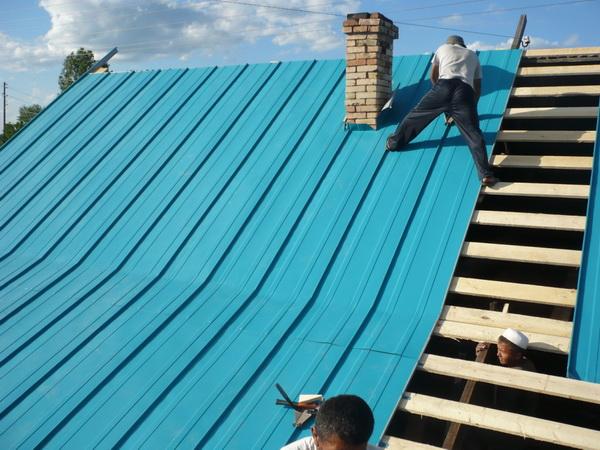 Монтаж профнастила на крышу дома