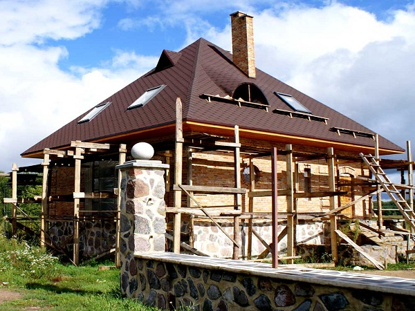Дом с шатровой четырехскатной крышей