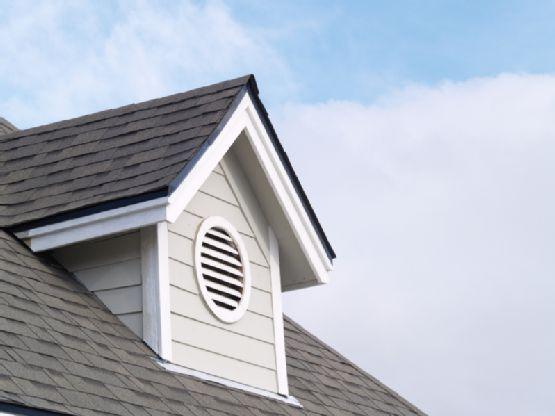 Слуховое окно с решеткой для вентиляции чердачного помещения