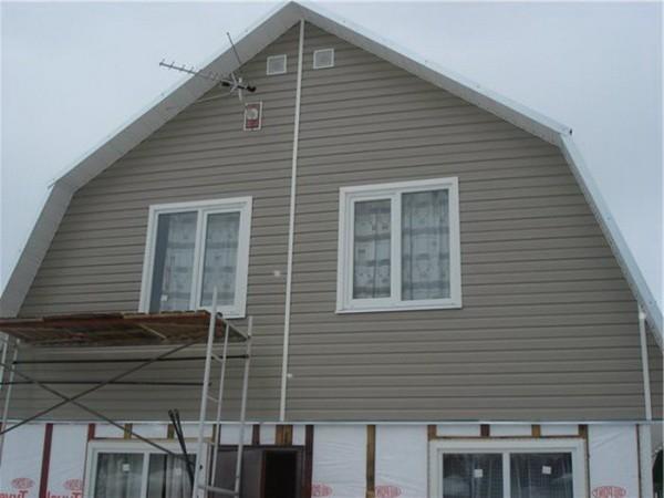Трапецевидный фронтон дома с мансардной крышей