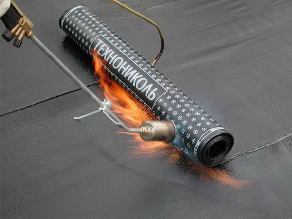 Наплавление мягкой кровли Технониколь с помощью газовой горелки